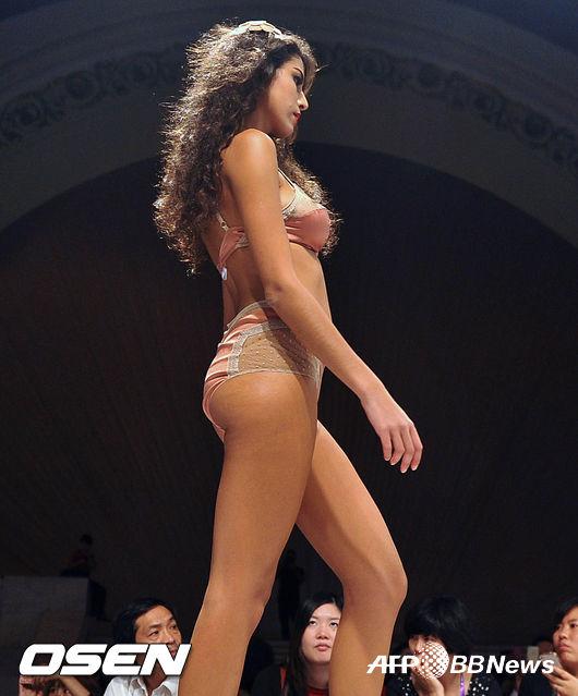 [핫포토] 란제리 쇼에 선 모델, 탄탄한 S라인으로 '시선 강탈'
