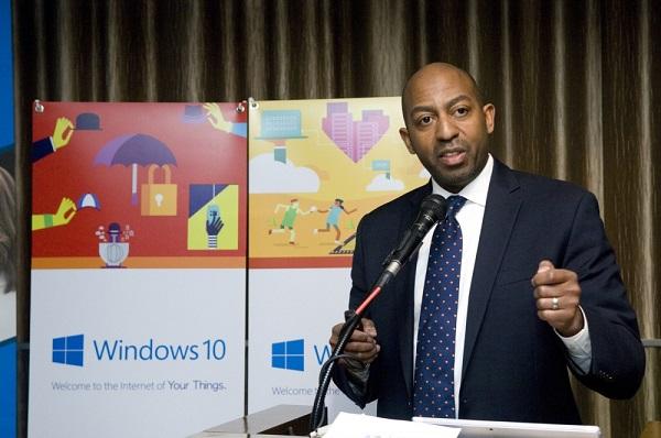 로드니 클락 MS IoT 디바이스 익스피리언스팀 총괄 매니저가 '윈도10 IoT 에디션'을 소개하고 있다.