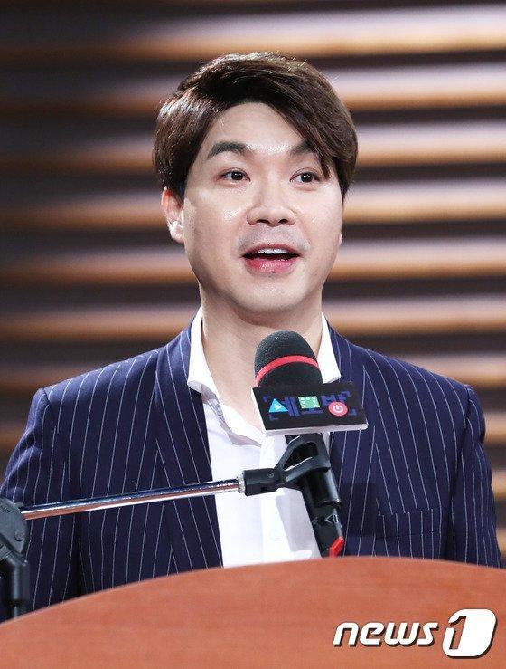"""박수홍은 오늘 동생을 고소했다. 동생 측은""""다툼은 93 년에 태어난 여자 친구 때문에 시작됐다""""고 말했다."""